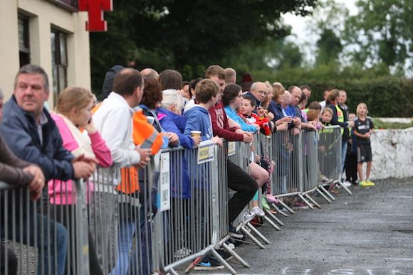 Large Crowd spectating at the Ballyare 10k 4M1J3670-1