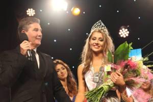 2016 crown winner Gaeltacht Mary Eva Ni Dhoibhlinn with Daniel O'Donnell.