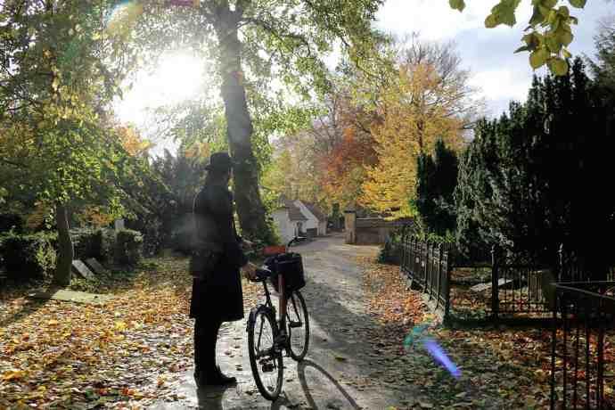 Guide Catch Copenhagen bike tour at Assistens Kirkegaard