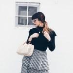 Look de picnic: un bolso de mimbre y una falda de cuadros