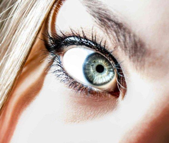 Come cambiare il colore degli occhi Tutti i metodi  DonnaD