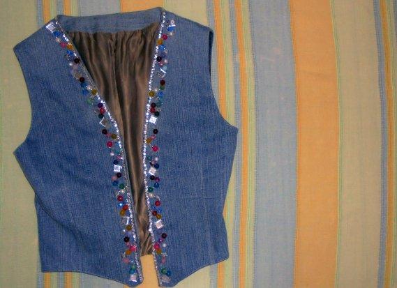 Come personalizzare un gilet di jeans con pietre perline