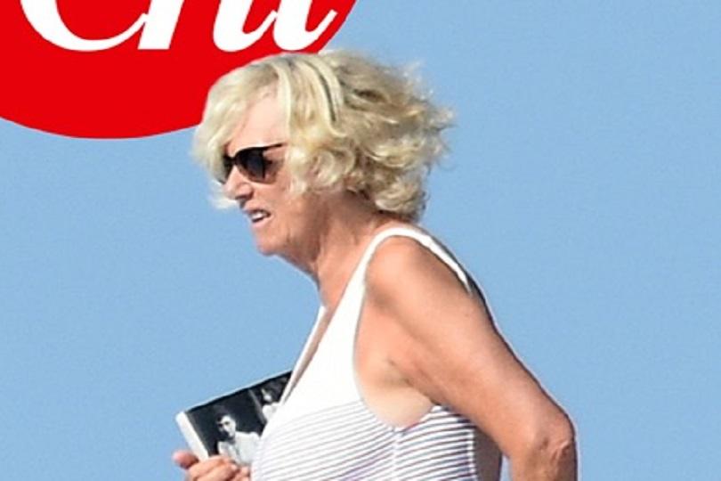 Camilla Parker Bowles in vacanza legge il libro proibito dalla casa reale