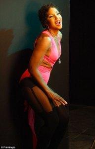Toni Braxton in collant simili ad autoreggenti