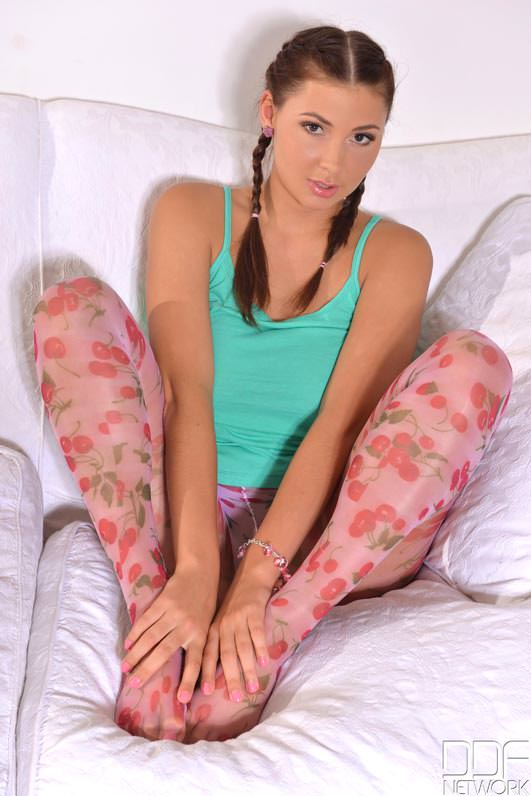 La ragazzina con i collant rosa a fiori