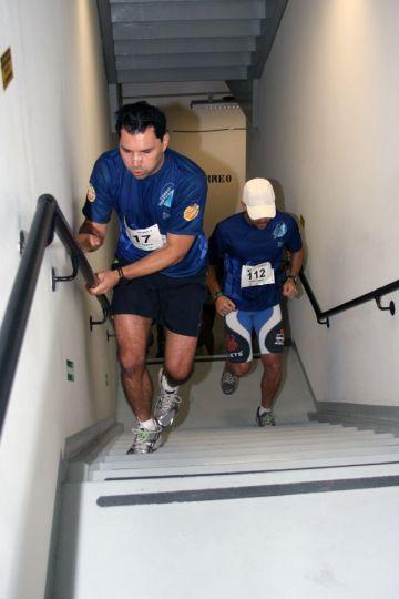 Exercícios Físicos Na Escada do Prédio