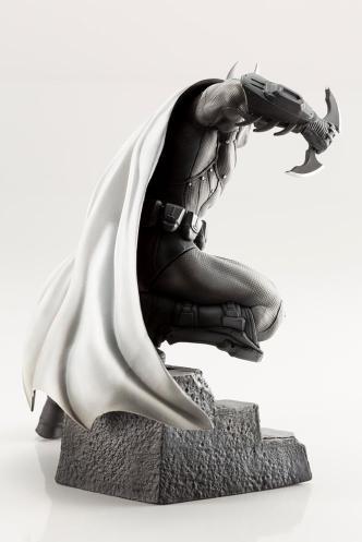 Koto_Batman_Arkham_statue_01