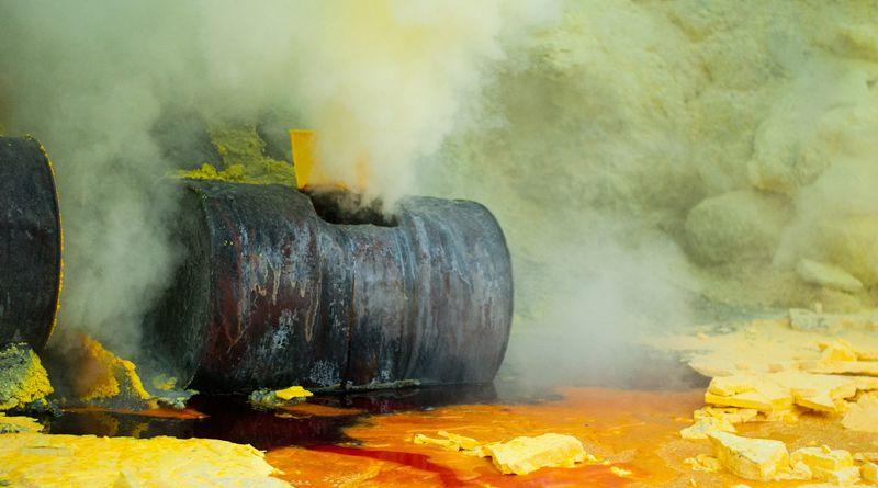 Oldószerek és festékek égtek egy raktárban Kazincbarcikán