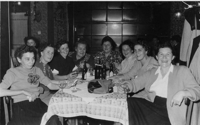 Frauengemeinschaft in der Gaststätte Luschnath - zur Verfügung gestellt von Josef Zündorf