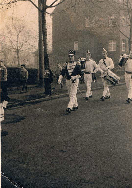 Tanzoffizier 1957 Husaren-Tanzchor der KG Blau-Weiss Fischenich 1957 (Foto von und mit Jakob Klug)     Husarenchor der KG Blau-Weiss Fischenich 1957 (Foto von und mit Jakob Klug
