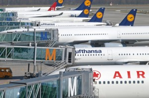 Flughafen Muenchen, Lufthansa Flieger am Finger