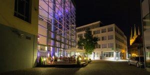 Außenfassade des Hotels am Abend