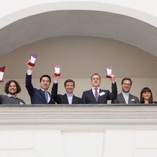 Die Hoteldirektoren der ausgezeichneten Häuser, darunter Sören Mölter vom Dorint Hotel Frankfurt/Oberursel (4.v.l.), freuen sich über die verliehenen Preise.