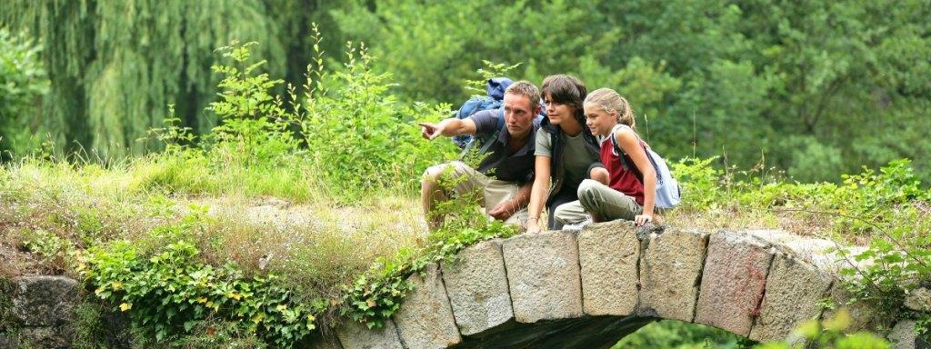 Eine Familie, sucht nach dem versunkenen Schloss