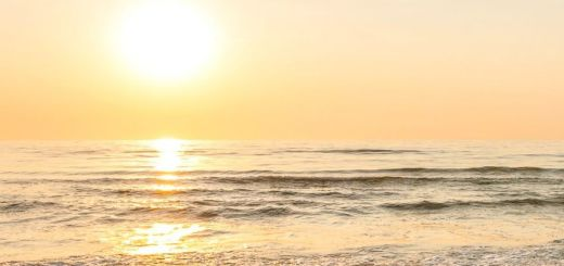 Sonnenuntergang während Ihrem Urlaub an der Küste