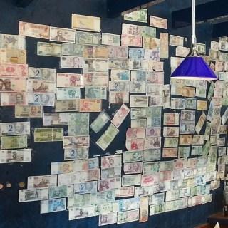 Mit dem Geld, das durch den Umtausch des internationalen Trinkgeldes zusammengekommen ist, unterstützt das gesamte Bar-Team des Dorint Kongresshotel Mannheim den Kinderschutzbund Mannheim.