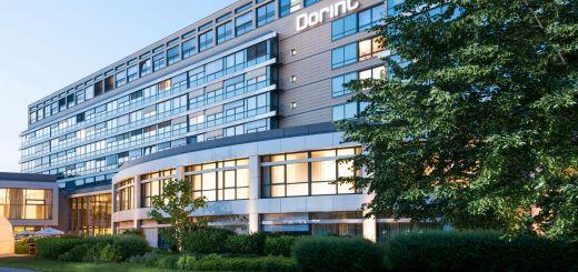 Dorint Pallas Wiesbaden von Außen am Abend