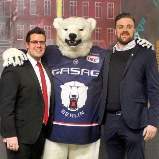 Freuen sich über die Kooperation: Daniel Rosenow, Hoteldirektor des Dorint Adlershof Berlin (links) und Jonas Szallies, Manager Premium Sales der Eisbären Berlin.
