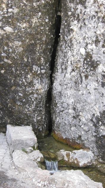 Die sprudelnde Drei-Schwestern-Quelle aus der Vulva Spalte auf der Rigi (Foto Doris Wolf)
