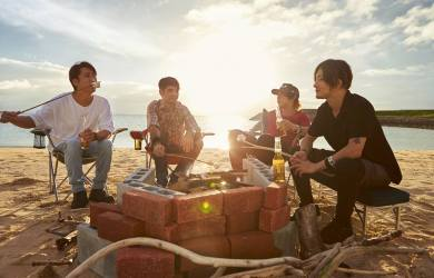 MONOEYES band members at the beach. Courtesy of Universal Music Japan.