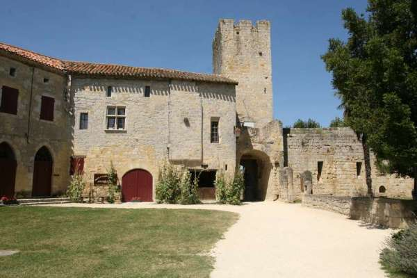 Larressingle-beaux-village-armagnac-plein-poort