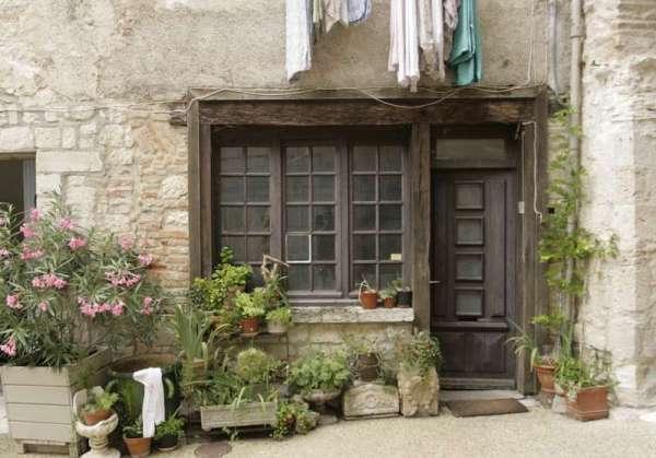 Lauzerte-tarn-et-garonne-straatje-deur-bloemen1