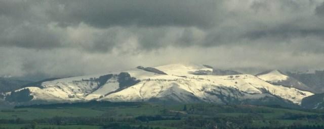Sneeuw op de bergen van de Cantal