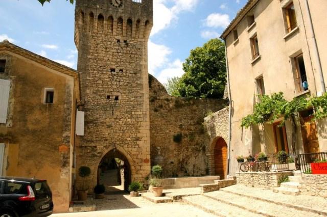 Poort van Montbrun les Bain in de Drome, Frankrijk