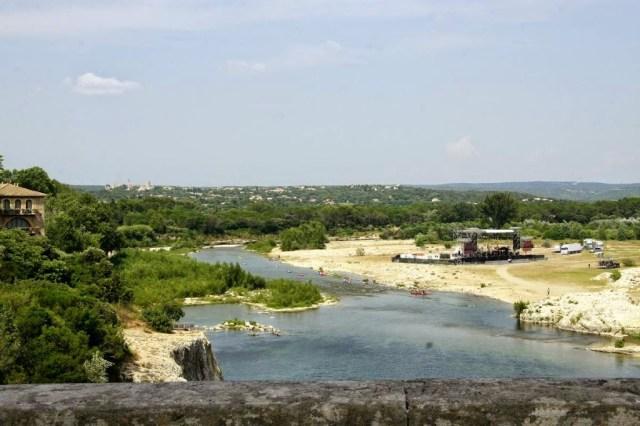 Uitzicht over de rivier Gardon vanaf de Pont du Gard