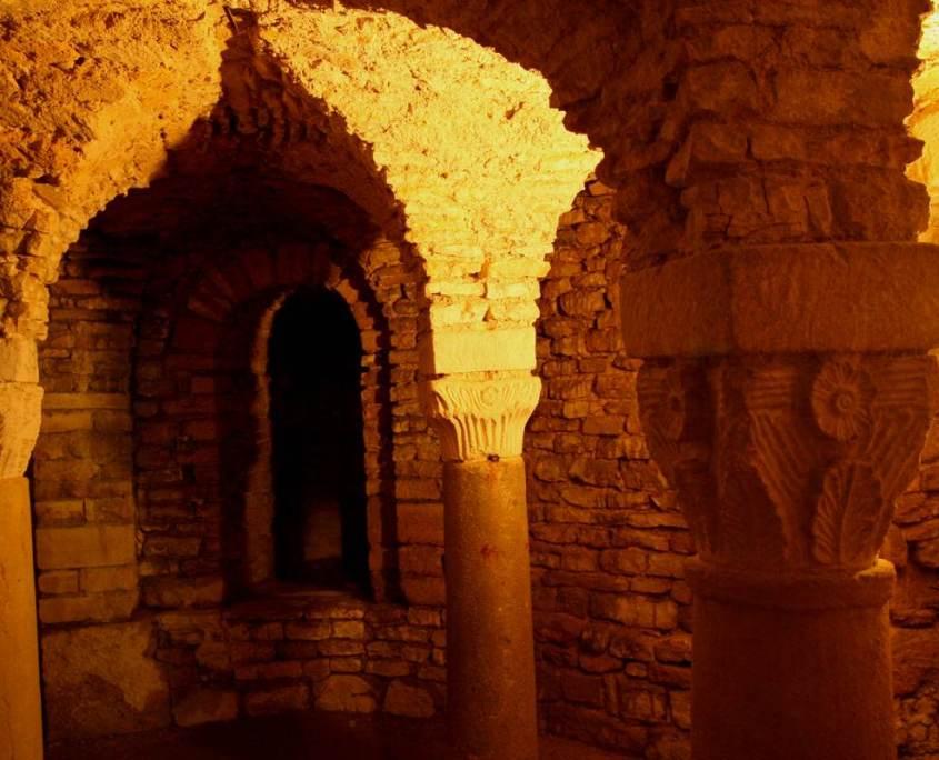 Karolingische apsis licht Flavigny-sur-Ozerain Bourgondie cotedor Frankrijk dorp