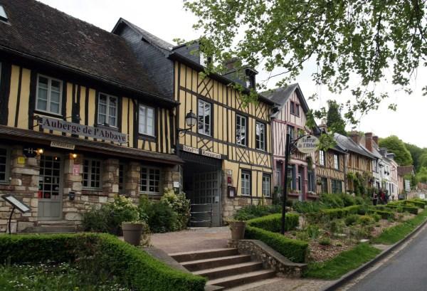 Vakwerkhuizen met hotel in Le Bec-Hellouin in Normandië Frankrijk