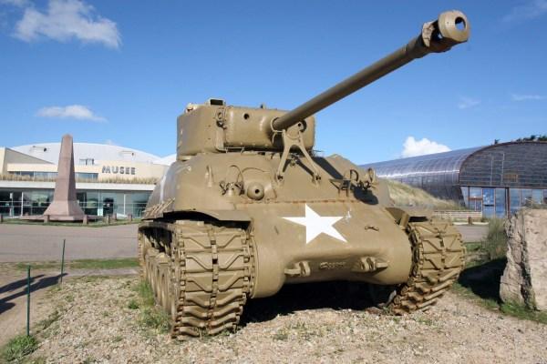 Een Sherman tank voor het museum bij Utah Beach.