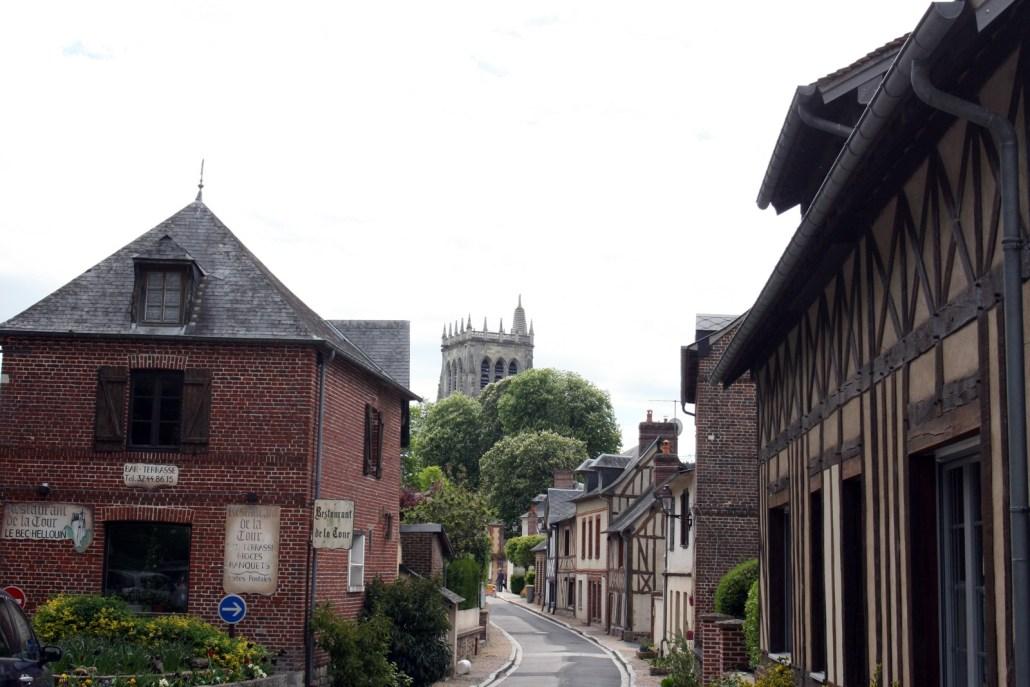 Straat met vakwerkhuizen in Le Bec-Hellouin, een dorp in Normandië
