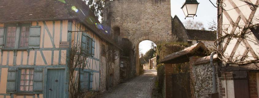 Vakwerkhuis bij de poort in het dorp Gerberoy in Frankrijk