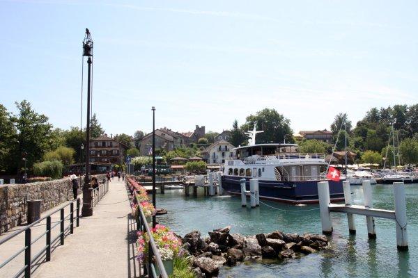 haven veerboot nyons yvoire savoie meer geneve frankrijk dorp pier