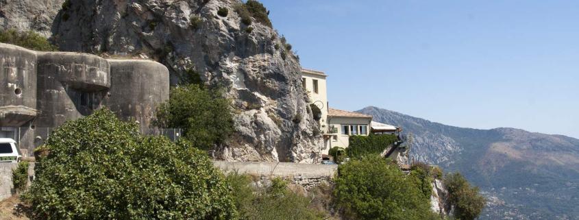 De bunkers van Sainte-Agnès bij Menton aan de Middellandse Zee bij de grens van Italië