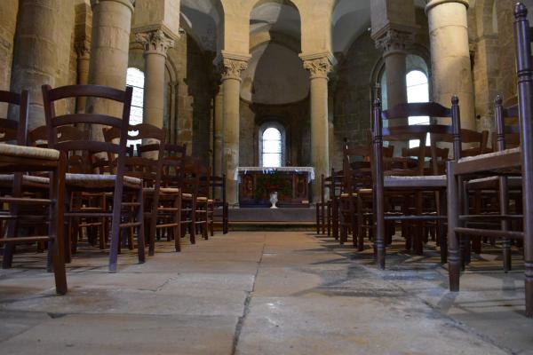 Het koor van de kerk in Saint Robert in de Limousin in Frankrijk is rond