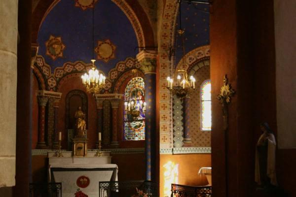 Eén van de kapelletjes van de kerk in Blesle heeft een hemelblauw plafond