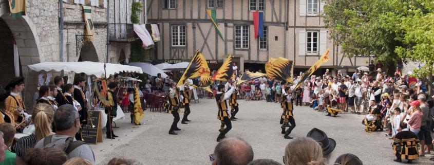 Vlaggen gooien tijdens het middeleeuws festival in Monflaquin in Frankrijk