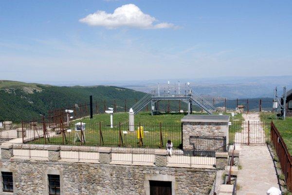 Mont Aigoual cevennen berg col top weerstation uitzicht meetapparatuur