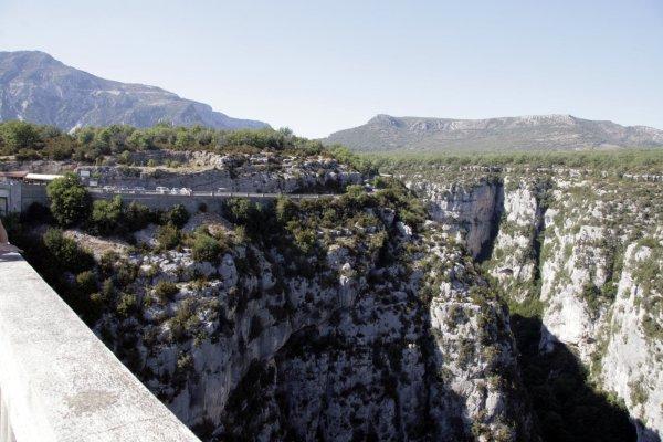 Brug over de rivier Artuby vlakbij de Gorges du Verdon in Zuid-Frankrijk