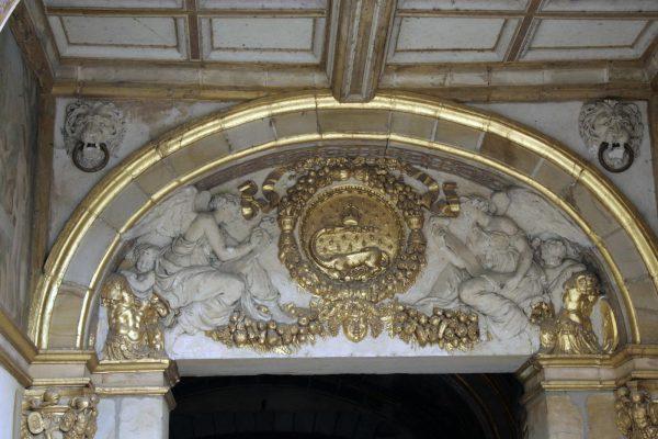 Het wapen van Frans I met de salamander boven een deur in het kasteel van Fontainebleau in Frankrijk