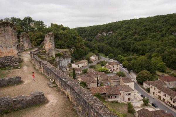 Uitzicht vanaf het kasteel De ingang van het Chateau de Gavaudun