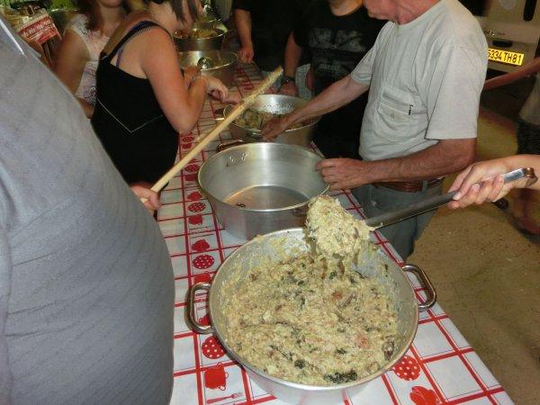 De kaassoep of soupe au fromage die traditioneel wordt geserveerd tijdens het dorpsfeest van la-Bastide-Solages in de Aveyron