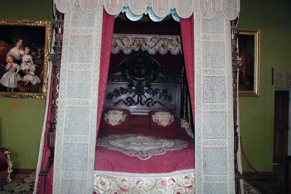 Het bed in de rode slaapkamer van de koningin in het kasteel van Chambord