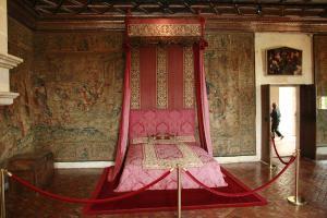 Eén van de vele bedden in het kasteel. Dit is een bijzonder fraai bed en staat in de kamer van de vijf koninginnen.