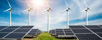 beeld van weiland met zonnepanelen en windturbines