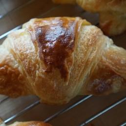 Croissant bagt på både surdej og gærdej.