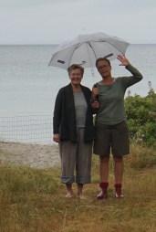 Mormor og Moster Lene går en lille tur i regnen
