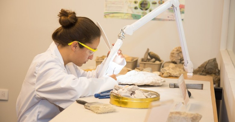 Ženska v beli halji v znanstvenem laboratoriju.